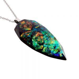 colier cu pandantiv lung cu reflexii colorate verde și arămiu cald, din rășină epoxidică transparentă, bijuterie handmade unicat.