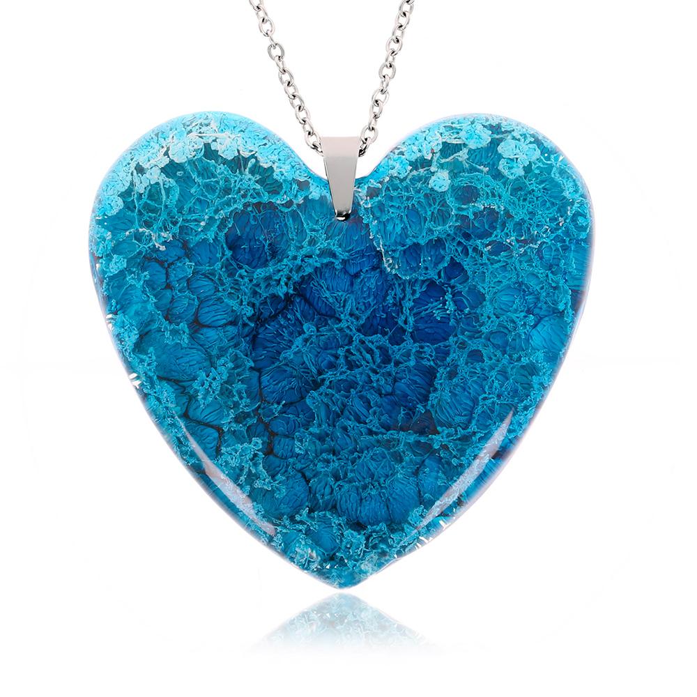 Colier cu pandantiv în formă de inimă, din rășină epoxidică transparentă cu pigment în nuanțe de albastru azuriu, albastru baby blue, bijuterie handmade unicat, cadou ziua îndrăgostiților