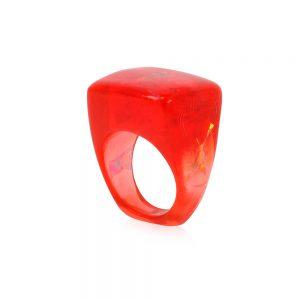 inel din rășină pătrat roșu rubiniu cu reflexii aurii