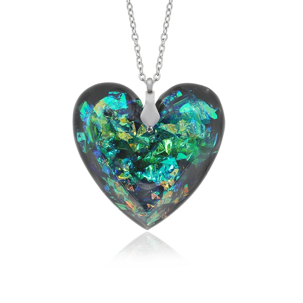 pandantiv în formă de inimă cu aspect de cristal fațetat, bijuterie handmade unicat fabricată din rășină epoxidică transparentă, în culori de verde electric, verde smarald cu reflexii strălucitoare de arămiu și reflexii aurii