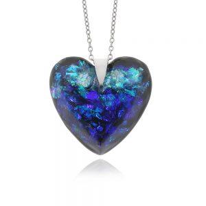 pandantiv cu aspect de cristal fațetat, în nuanțe cameleon de apă turcoaz și albastru royal, cu reflexii argintii, fabricat din rășină epoxidică, bijuterie inimă handmade unicat