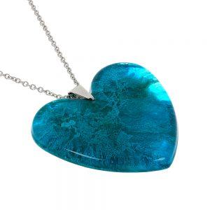 colier cu pandantiv in forma de inima de culoare albastru coral, fabricat manual din rășină epoxidică transparentă cu pigment