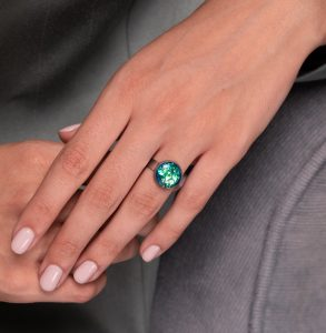 inel reglabil inox oțel inoxidabil rotund tip verighetă, inel handmade unicat cu piatră rotundă verde crud reflexii colorate aurii și turcoaz, bijuterie cluj